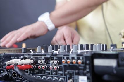 Le DJ Doit Aussi Amuser La Salle Distraire Lui Faire Oublier Quelle A Mange Trop De Profiteroles Et Maintenant Se Bouger Les Miches Pour