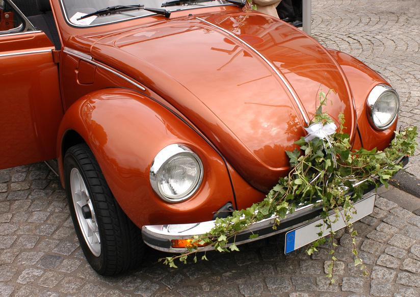 Un v hicule original pour les mari s pr paration mariage - Decoration de voiture de mariage original ...